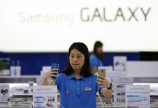 Sur la période avril-juin, le bénéfice opérationnel de Samsung marque un troisième trimestre consécutif de baisse et recule à 7.200 milliards de wons (5,2 milliards d'euros), à son plus bas niveau depuis le deuxième trimestre 2012. /Photo prise le 29 juillet 2014/ REUTERS/Kim Hong-Ji