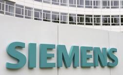 El logo de Siemens en la sede de la firma en Múnich, mayo 30 2014. Siemens AG necesitará más tiempo para resolver los problemas en su negocio de energía que han afectado sus ganancias, dijo su presidente ejecutivo el jueves, en una señal a los inversores de que tendrán que ser pacientes.  REUTERS/Lukas Barth