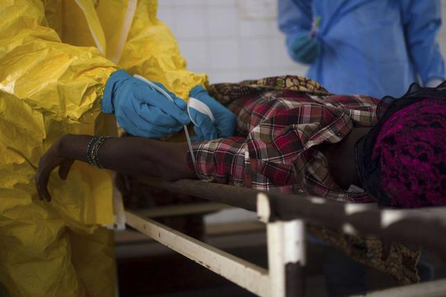 7月30日、アフリカ西部で「制御不能」となっているエボラ出血熱の感染。すでに約700人が死亡したが、感染拡大の根底には、現地医療に対する信頼の欠如がある。写真はシエラレオネで10日撮影(2014年 ロイター/Tommy Trenchard)