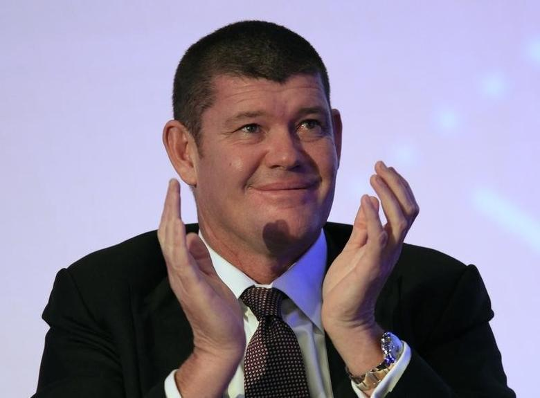 Australian gambling tycoon James Packer claps during day two of the Commonwealth Business Forum in Colombo November 13, 2013. REUTERS/Dinuka Liyanawatte