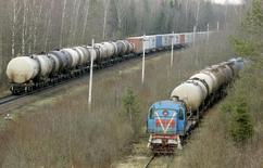 Нефтяные цистерны у НПЗ в Новополоцке 4 января 2007 года. Белоруссия пообещала поддержать своими нефтепродуктами Украину, для которой выступает основным поставщиком моторного топлива. REUTERS/Vasily Fedosenko