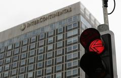 InterContinental Hotels Group (IHG), numéro un mondial de l'hôtellerie, fait état mardi d'une hausse de 6% de son résultat opérationnel courant semestriel. /Photo d'archives/REUTERS/Denis Balibouse