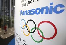 El logo de Panasonic y los anillos olímpicos en el centro Panasonic de Tokio, ago 6 2014. Botones de hoteles robóticos y dispositivos portátiles de traducción son sólo algunas de las innovaciones que a Panasonic Corp le gustaría lanzar con ocasión de los Juegos Olímpicos de Tokio 2020, un acontecimiento con el que espera ganar al menos 1.500 millones de dólares. REUTERS/Yuya Shino