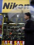 Логотип Nikon Corp в магазине в Токио 6 февраля 2013 года. Японская Nikon Corp сократила в четверг прогноз операционной прибыли в нынешнем финансовом году на 16 процентов, сославшись на оказавшиеся хуже ожиданий продажи цифровых камер в Европе. REUTERS/Shohei Miyano
