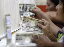 Обменный пункт в Маниле 21 ноября 2008 года. Иена снизилась к доллару в четверг, попав под давление из-за планов государственного инвестиционного пенсионного фонда Японии увеличить объемы вложения средств в японские акции. REUTERS/Rome Ranoco