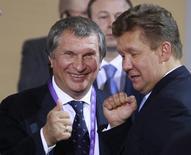 Главы Роснефти и Газпрома Игорь Сечин и Алексей Миллер на деловой конференции во Владивостоке 7 сентября 2012 года. Гиганты российского нефтегазового сектора, подконтрольные государству Газпром и Роснефть, получили от РФ по новому участку шельфа, в освоении которого они с 2008 года делят монополию в стране. REUTERS/Sergei Karpukhin