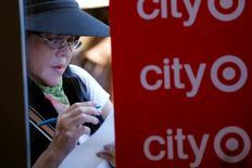 Una mujer rellena una solicitud de empleo al interior de un supermercado de la cadena Target en San Francisco, ago 9 2012. El total de estadounidenses que solicitaron por primera vez el seguro de desempleo bajó imprevistamente la semana pasada, apuntando a un fortalecimiento del mercado laboral.  REUTERS/Robert Galbraith