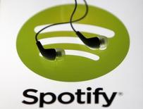 """Unos audífonos sobre una tableta mostrando el logo de Spotify en Zenica, Bosnia, feb 20 2014. El servicio de música en """"streaming"""" Spotify volvió a anunciar esta semana que busca llenar un cargo de experto en gestiones ante reguladores, medio año después de revelarlo por primera vez, desatando especulaciones de que la compañía podría estar preparándose para salir a la bolsa. REUTERS/Dado Ruvic"""