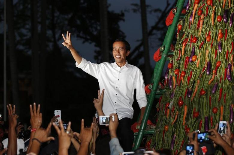 Indonesia's presidential candidate Joko ''Jokowi'' Widodo gestures to supporters a day after he was named winner in the presidential election in Taman Proklamasi, Jakarta July 23, 2014.  REUTERS/Darren Whiteside