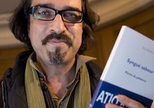 """O autor afegão Atiq Rahimi exibe seu livro """"Syngue Sabour"""" após ganhar o prêmio Goncourt em Paris, na França, em novembro de 2008. 10/11/2008 REUTERS/Philippe Wojazer"""