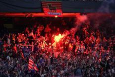 """Болельщики """"Атлетико"""" в зоне для болельщиков во время финала Лиги чемпионов в Мадриде 24 мая 2014 года. Матчи ведущих футбольных первенств пройдут в Европе в пятницу и выходные. REUTERS/Andrea Comas"""