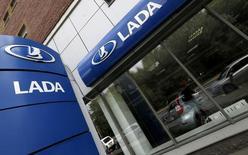 Дилерский центр Lada в Санкт-Петербурге 9 июля 2014 года. Флагман российского автопрома Автоваз объявил о сокращении объема производства автомобилей Lada на 25.000 штук в 2014 году из-за кризиса сбыта на рынке РФ. REUTERS/Alexander Demianchuk