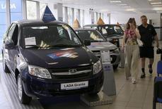 Le constructeur automobile russe Avtovaz va diminuer sa production de voitures Lada pendant trois mois, en raison de la baisse de la demande intérieure. /Photo prise le 9 juillet 2014/REUTERS/Alexander Demianchuk