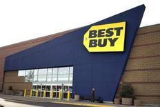 Best Buy Co, numéro un américain dans la vente de l'électronique grand public, fait part mardi d'un chiffre d'affaires inférieur aux attentes pour le troisième trimestre consécutif, qu'il met sur le compte d'une baisse de la fréquentation des magasins que ses ventes en ligne n'ont pas su compenser. /Photo prise le 16 janvier 2014/REUTERS/Rick Wilking