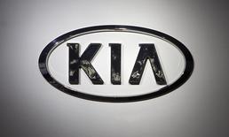 Imagen de archivo del logo de KIA en una convención de automóviles en Nueva York, abr 16 2014. La surcoreana Kia Motors Corp invertirá más de 1,000 millones de dólares para construir su primera fábrica de autos en México, que iniciará operaciones en el 2016 con una capacidad de 300,000 unidades al año.  REUTERS/Carlo Allegri