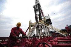 Рабочий проверяет оборудование на месторождении в провинции Сычуань 1 марта 2011 года. Крупнейшие нефтегазовые компании Китая видят хорошие перспективы добычи сланцевого газа благодаря снижению расходов, но не предсказывают бум добычи в ближайшее время. REUTERS/Stringer