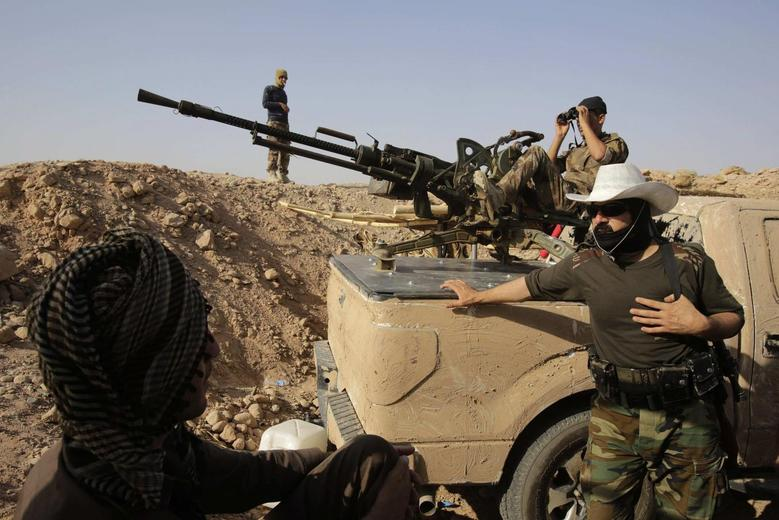 Kurdish Peshmerga fighters guard their position on the Jalawla front line in the northeastern district of Baquba near the city of Khanaqin August 29, 2014.  REUTERS/Youssef Boudlal