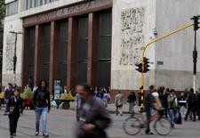 El edificio del Banco Central colombiano en Bogotá, ago 20 2014. El presidente de Colombia, Juan Manuel Santos, dijo el lunes que no ve espacio para que el Banco Central continúe elevando su tasa de interés de referencia, debido a que podría afectar el desempeño económico. REUTERS/John Vizcaino