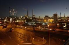 Usine Bayer à Leverkusen La fédération de l'industrie chimique allemande VCI a abaissé mardi sa prévision de croissance des ventes en 2014, évoquant une baisse des commandes des clients industriels et une demande extérieure plus faible. /Photo d'archives/REUTERS/Ina Fassbender