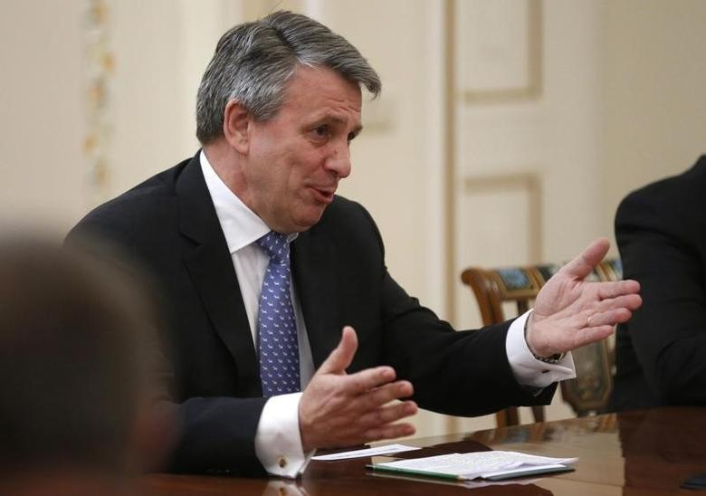 Ben van Beurden, chief executive officer of Royal Dutch Shell, gestures during a meeting with Russian President Vladimir Putin at the Novo-Ogaryovo state residence outside Moscow April 18, 2014.    REUTERS/Maxim Shipenkov/POOL