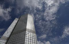 Vista general de una sede del Banco Central de Frankfurt, 7 agosto, 2014. Las ventas minoristas de la zona euro se desaceleraron en julio tal como se esperaba, según datos divulgados el miércoles, lo que aumentó las preocupaciones sobre el crecimiento económico del bloque, que se estancó durante el segundo trimestre. REUTERS/Ralph Orlowski