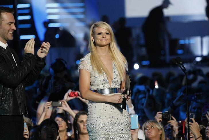 Singer Miranda Lambert accepts the female video of the year award from presenter James Van Der Beek during the 2014 CMT Music Awards in Nashville, Tennessee June 4, 2014.    REUTERS/Harrison McClary