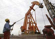 Станок-качалка на нефтяном месторождении компании PetroChina в Китае 24 июля 2008 года. Цены на нефть снижаются после сообщения о повышении запасов нефтепродуктов в США - крупнейшем в мире потребителе нефти. REUTERS/Stringer