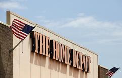 L'enseigne américaine de bricolage Home Depot est en contact avec les services secrets concernant le vol présumé de données de cartes de crédit de ses clients détecté cette semaine, selon une source au sein des forces de l'ordre. /Photo prise le 19 mai 2014/REUTERS/Jim Young