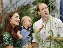 Príncipe William, da Grã-Bretanha, com a mulher, Kate, e o filho do casal, príncipe George, em Londres. 02/07/2014 REUTERS/John Stillwell/Pool