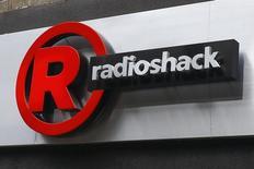 El logo de RadioShack en una tienda de la cadena en Brooklyn, EEUU, mar 4 2014. La cadena de tiendas de electrónica RadioShack informó que podría declararse en bancarrota si su situación de liquidez empeora, tras reportar su décima pérdida trimestral seguida.         REUTERS/Shannon Stapleton