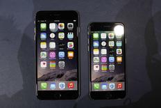 Los teléfonos iPhone 6 y iPhone 6 Plus en su presentación en Cupertino, EEUU, sep 9 2014. Apple Inc dijo que recibió el primer día una cifra récord de cuatro millones de órdenes anticipadas de su nuevo iPhone 6 y iPhone 6 Plus, lo que significa que muchos clientes tendrán que esperar hasta octubre por sus nuevos teléfonos. REUTERS/Stephen Lam