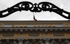 Вид на здание Банка России в Москве 13 сентября 2013 года. Центральный банк РФ отозвал лицензию у московских банков Банк24.ру и Интрастбанка, говорится в сообщении ЦБР. REUTERS/Maxim Shemetov