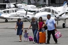 Pasajeros caminan por la pista al llegar al pequeño aeropuerto privado en  Charallave, en las afueras de Caracas, 15 de septiembre del 2014.  REUTERS/Carlos Garcia Rawlins