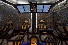 """La cabina de la nave espacial Dragon V2 aparece en la fotografía despúes de su presentación en Hawthorne, California. 29 mayo, 2014. NASA se asociará con Boeing y SpaceX para construir """"taxis espaciales"""" que lleven a los astronautas a la Estación Espacial Internacional, lo que permitiría a Estados Unidos dejar de depender de Rusia para sus traslados, dijeron el martes funcionarios. REUTERS/Mario Anzuoni"""