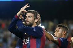 Gerard Pique comemora gol do Barcelona, ao lado de Neymar, contra o Apoel no Camp Nou. 17/9/2014 REUTERS/Albert Gea