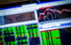 Компьютер трейдера на Нью-Йоркской фондовой бирже 25 августа 2014 года. Мировой экономике угрожает растущий риск со стороны больших позиций на финансовых рынках, которые инвесторы вынуждены будут срочно ликвидировать в случае обострения политического напряжения или изменения ключевой ставки в США, сообщил в среду Международный валютный фонд. REUTERS/Brendan McDermid