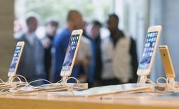 Unos iPhone 6 a la venta en una tienda de Apple en Berlín, sep 19 2014. El iPhone 6 Plus de Apple emplea semiconductores de Qualcomm, Skyworks Solutions, Avago Technologies y otras empresas, según la firma de reparación de dispositivos iFixit, que abrió uno de los teléfonos en Melbourne a primera hora del viernes. REUTERS/Hannibal