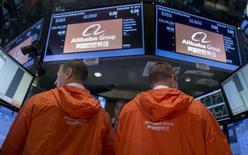 Operadores na bolsa de Nova York na estreia da negociação das ações da empresa chinesa de e-commerce Alibaba. REUTERS/Brendan McDermid