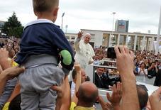 """El papa Francisco, en su mayor crítica a la insurgencia islamista hasta la fecha, dijo el domingo que ningún grupo religioso que use la violencia y la opresión puede reclamar ser """"la armadura de Dios"""". en la imagen, el papa Franciso saluda durante su visita a Albania, en Tirana, el 21 de septiembre de 2014. REUTERS/Arben Celi"""