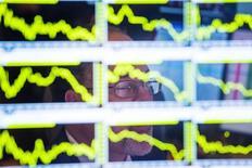 """Les principales Bourses européennes ont ouvert en baisse lundi, dans le sillage des marchés asiatiques, certains investisseurs optant pour des prises de bénéfice après les plus hauts récents et avant la publication mardi de l'indice PMI """"flash"""" manufacturier chinois. À Paris, le CAC 40 recule de 0,5% après un quart d'heure d'échanges. À Francfort, le Dax cède 0,44% et à Londres, le FTSE abandonne 0,57%. /Photo d'archives/REUTERS/Lucas Jackson"""