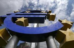 """El logo del euro en el frontis del Banco Central Europeo en Frankfurt. Imagen de archivo, 07 agosto, 2014. La aparente baja demanda de la nueva serie de préstamos ultrabaratos del Banco Central Europeo es un factor """"negativo para el crédito"""" de los bancos y para los países del bloque, dijo el lunes la agencia calificadora de crédito Moody's. REUTERS/Ralph Orlowski"""