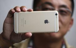 Un hombre sujeta su nuevo IPhone 6 Plus luego de comprarlo en una tiena Apple en Pasadena. Imagen de archivo, 19 septiembre, 2014.  Apple vendió un récord de 10 millones de iPhones en el primer fin de semana después de que sus nuevos modelos de teléfonos inteligentes salieron a la venta en 10 países el viernes. REUTERS/Lucy Nicholson