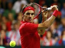 Tenista suíço Roger Federer durante partida da Copa Davis contra o italiano Fognini em Genebra. 14/09/2014 REUTERS/Pierre Albouy