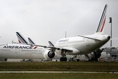 Air France-KLM perd 1,01% vers 12h15, quand le CAC recule de 1,46% à 4.377,62 points. Son PDG a déclaré mardi qu'il pourrait être contraint de renoncer à son projet de développement d'une filiale low cost en Europe faute d'accord avec les syndicats de pilotes d'Air France. /Photo prise le 22 septembre 2014/REUTERS/Jacky Naegelen