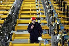 Сотрудник проверяет давление в газохранилище Газпрома в Касимове 27 января 2006 года. Запасы газа в подземных хранилищах Европы не смогут полностью заместить потребность европейских клиентов в топливе в случае несанкционированного отбора газа Украиной, и Газпром наращивает объемы хранения в ЕС и в России, готовясь к худшему сценарию, сказал заместитель главы газового концерна Александр Медведев. REUTERS/Sergei Karpukhin