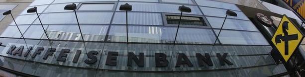 El logo de Raiffeisen Bank International en una de sus sucursales en Viena. Imagen de archivo, 22 mayo, 2014. Las acciones europeas cerraron con caídas el martes por segunda sesión consecutiva, golpeadas tras datos que mostraron una contracción en la actividad empresarial en Francia y un menor crecimiento en el sector manufacturero alemán. REUTERS/Leonhard Foeger