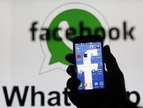 La Commission européenne va approuver sans condition le rachat de la messagerie instantanée WhatsApp par Facebook pour 19 milliards de dollars (14,9 milliards d'euros), selon deux sources proches du dossier.  /Photo prise le 20 février 2014/REUTERS/Dado Ruvic