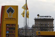 El logo de la productora de petróleo rusa Rosneft  en una gasolinera en Moscú. Imagen de archivo, 17 julio, 2014.  Rosneft, el mayor productor petrolero de Rusia, podría retirarse de un acuerdo para comprar la unidad de comercialización de crudo de Morgan Stanley, debido a que las sanciones de Occidente hacen que sea virtualmente imposible financiar operaciones cotidianas, dijeron tres fuentes cercanas a la compañía estatal.  REUTERS/Sergei Karpukhin