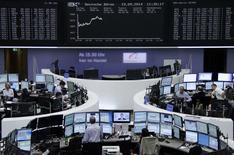 Un grupo de operadores en la Bolsa Alemana en Fráncfort, sep 19 2014. Las acciones europeas cerraron el viernes en alza apoyadas en el avance de los títulos bancarios, que se espera que se beneficien de los esfuerzos del Banco Central Europeo para evitar una deflación en la zona del euro.     REUTERS/Remote/Stringer