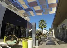 Un centro comercial al aire libre en San Diego, California . Imagen de archivo, 10 septiembre, 2014. El aumento de los ingresos ayudó a los consumidores estadounidenses a elevar el gasto en agosto, una señal positiva para la economía de Estados Unidos, que parece estar acelerándose a mejor ritmo.  REUTERS/Mike Blake